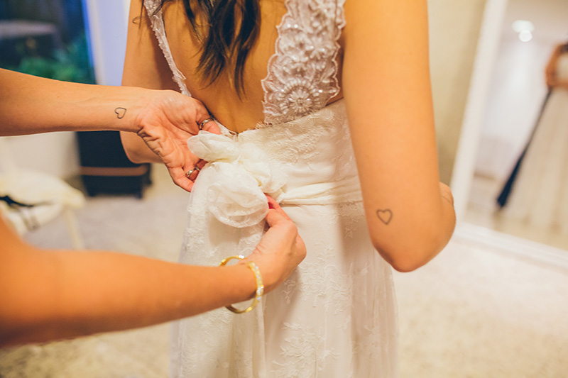 fechando o vestido de noiva