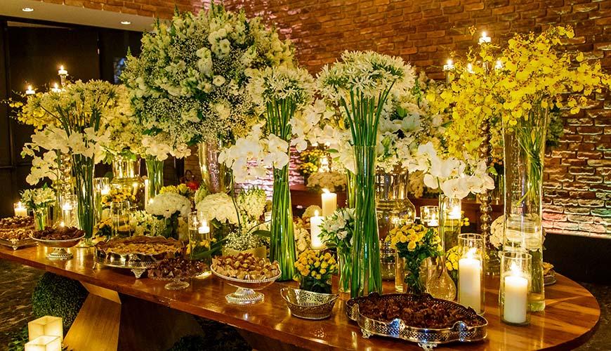 Decoração de casamento clássica em branco e amarelo