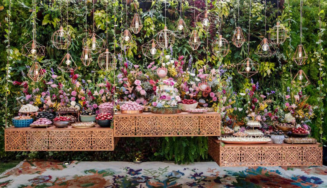 Mesa de doces para casamento ao ar livre