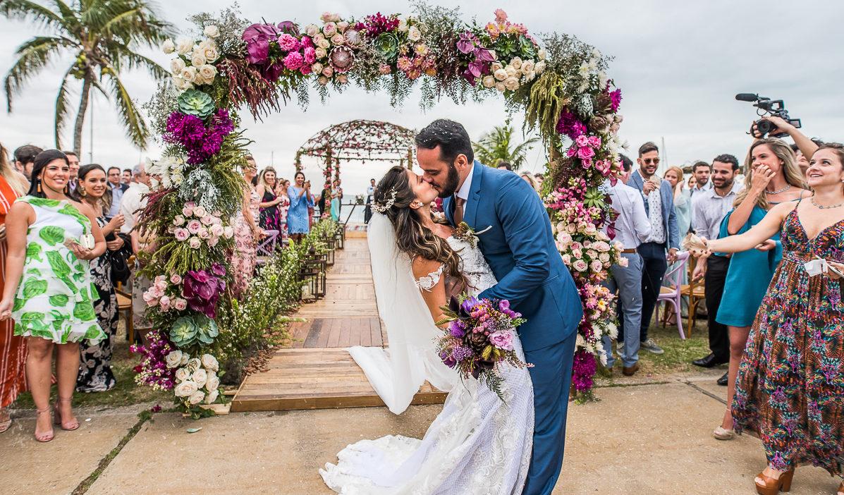 Casamento florido em Búzios: Fabi e Leo