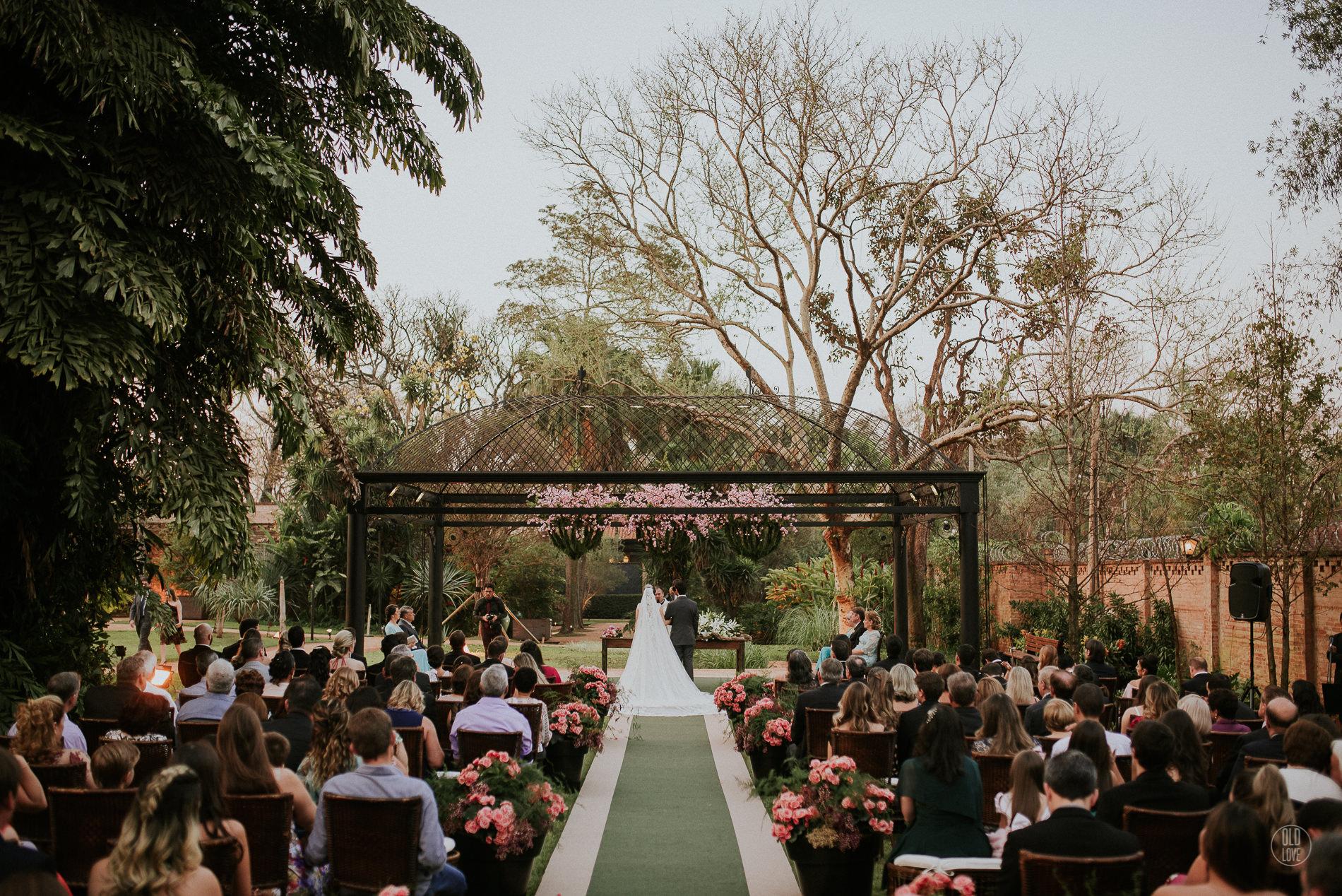 Casamento com decoração marsala, rosa e verde: Sam e Ale