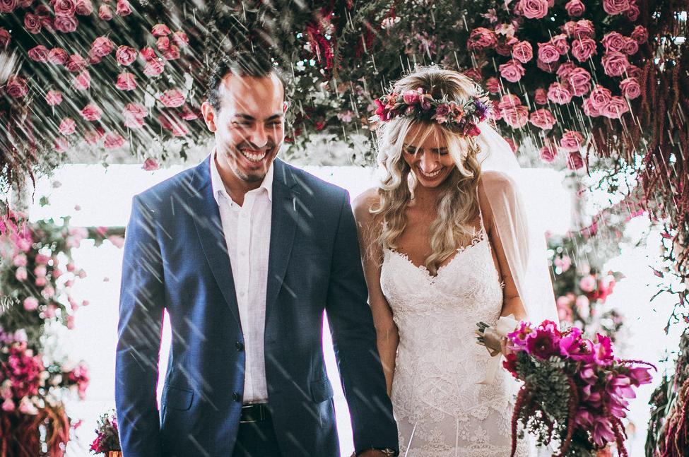 Casamento pé na areia em Maresias: Bruna e Victor