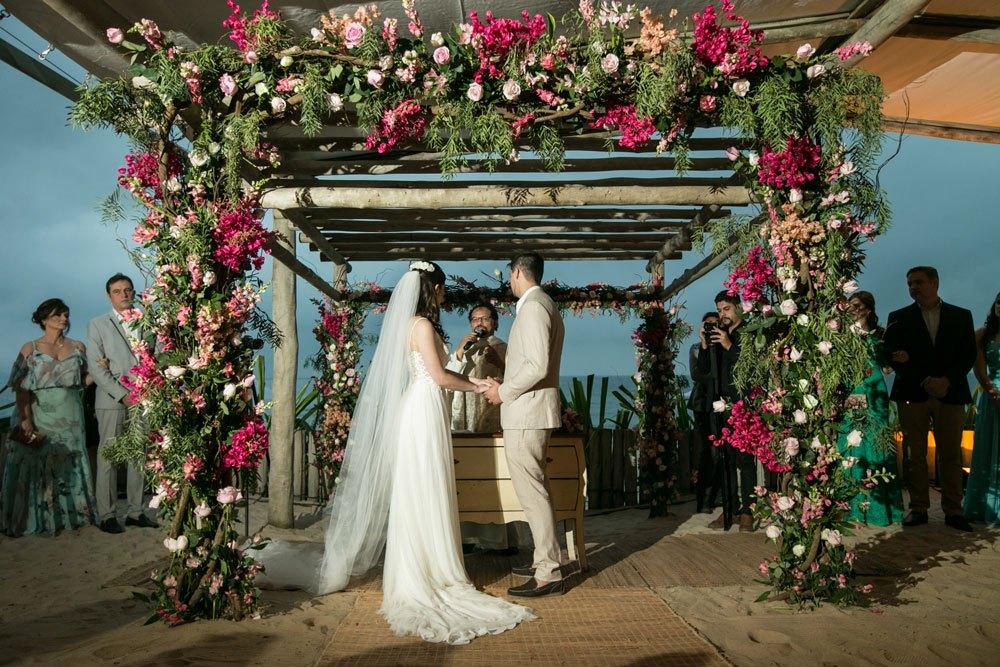 Casamento em Maresias com decoração romântica: Giovanna e Bruno