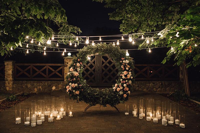 Decoração de mini wedding com luzinhas