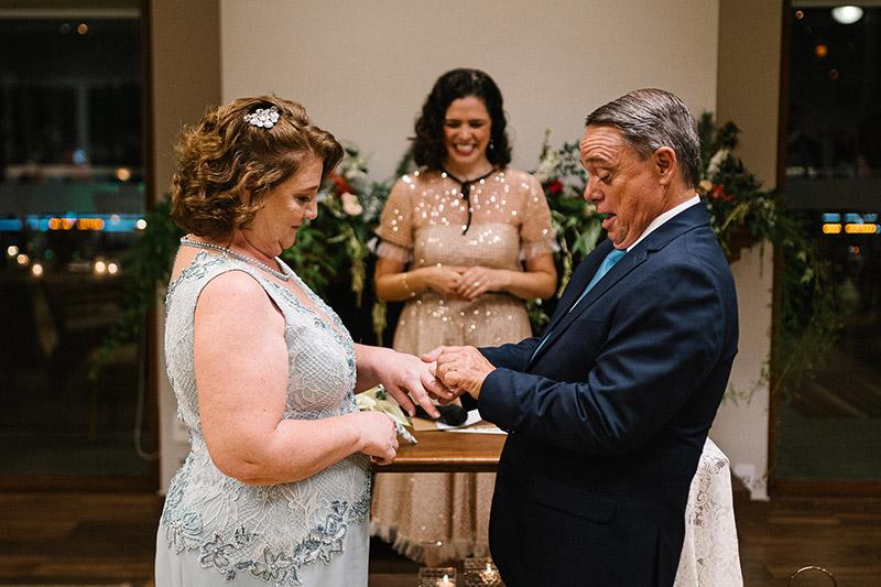 Casal comemora bodas de casamento