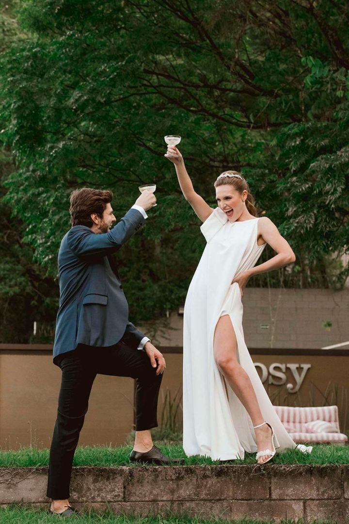 Casal brindando a festa de noivado