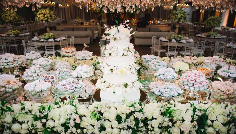 Decoração de casamento clássica com flores e elementos brancos